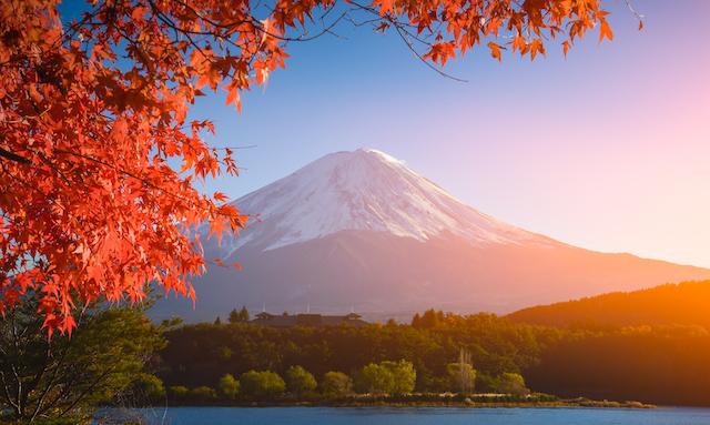 紅葉の河口湖から望む富士山